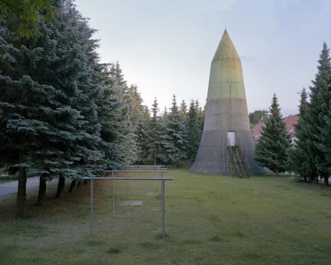 Ein verlassener Turm in der Landschaft