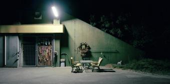 Stühle im Dunkeln