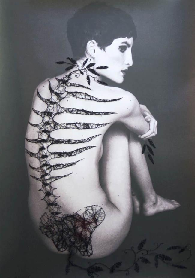 Frau mit genähten Knochen