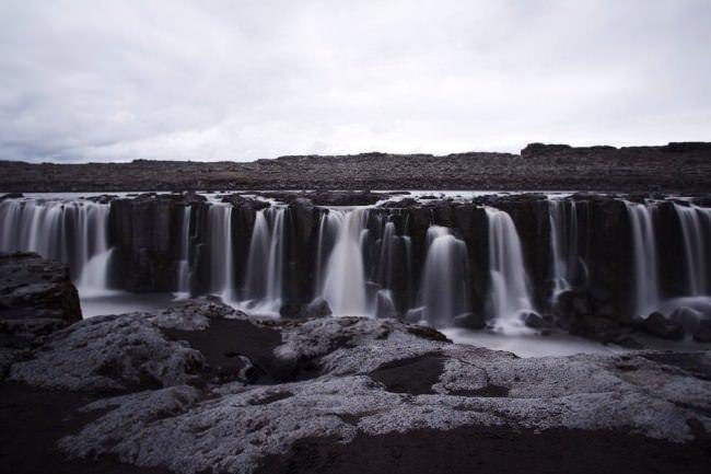 Breiter Wasserfall.