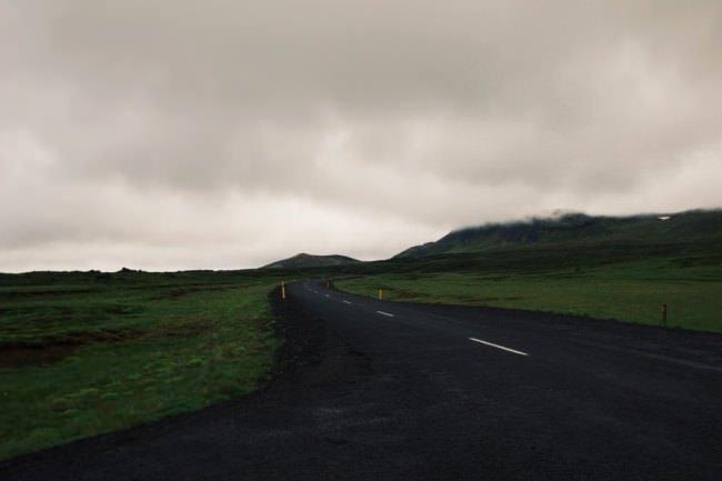 Eine Straße vor wolkigem Himmel