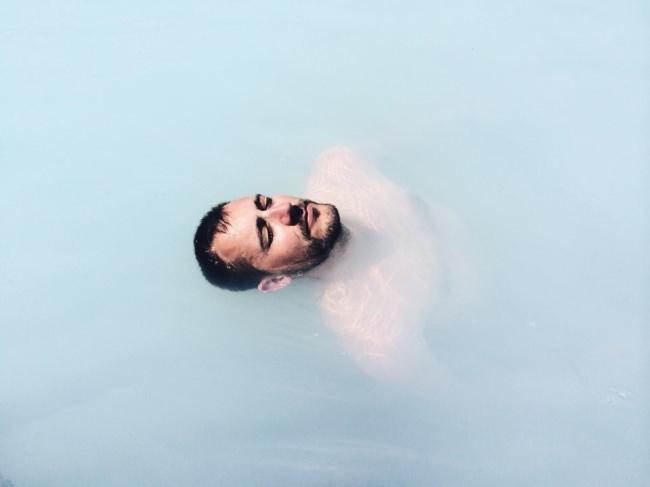 Mann in milchigem Wasser.