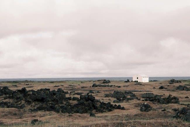 Ein weißes Häuschen in karger Landschaft