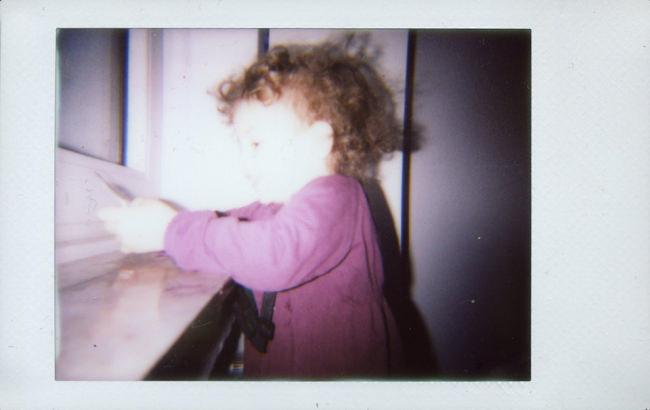 Ein Kind am Fenster