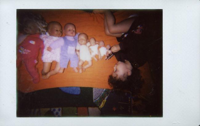 Babypuppen nach Größe sortiert mit Kleinkind.