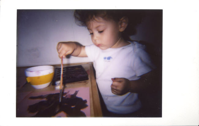 Kind malt mit Wasserfarben