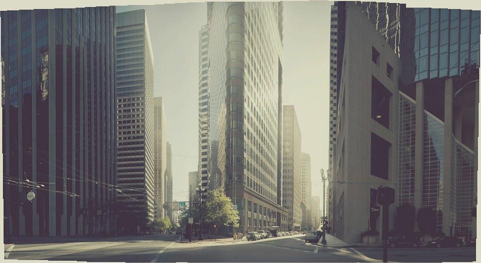 Kreuzung mit Hochhäusern.