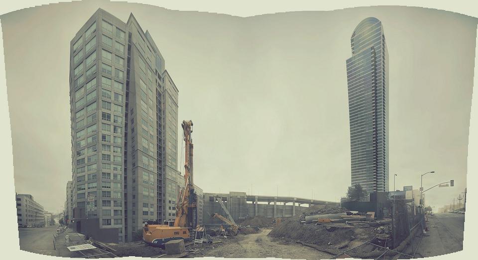 Baustelle zwischen Hochhäusern.
