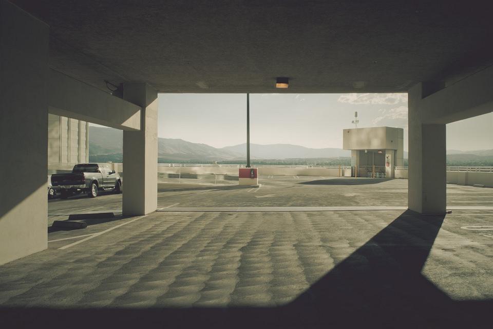 Licht und Schatten auf einem fast leeren Parkdeck.