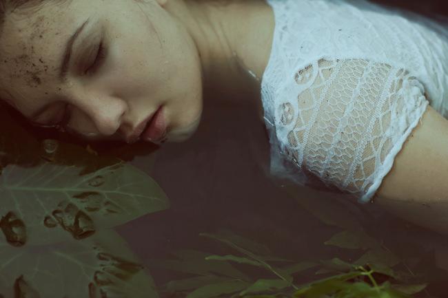 Ophelia liegt seitlich im Wasser