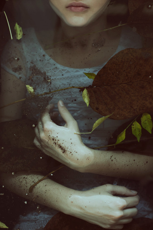Ophelia mit schmutzigen Händen liegt im Wasser