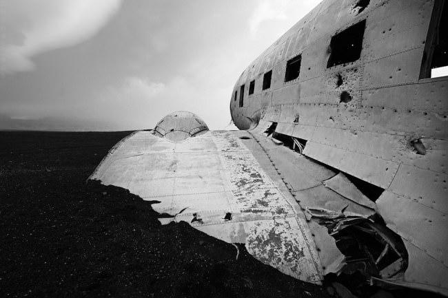 Flügelrest und Rumpf des Flugzeugwracks.