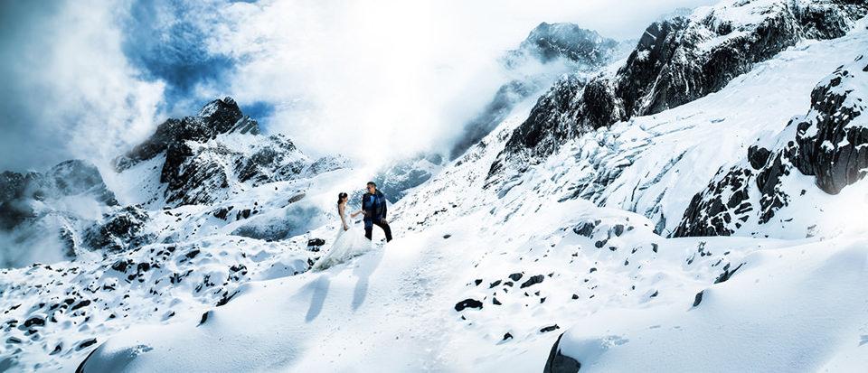 Hochzeitspaar im eisigen Gebirge