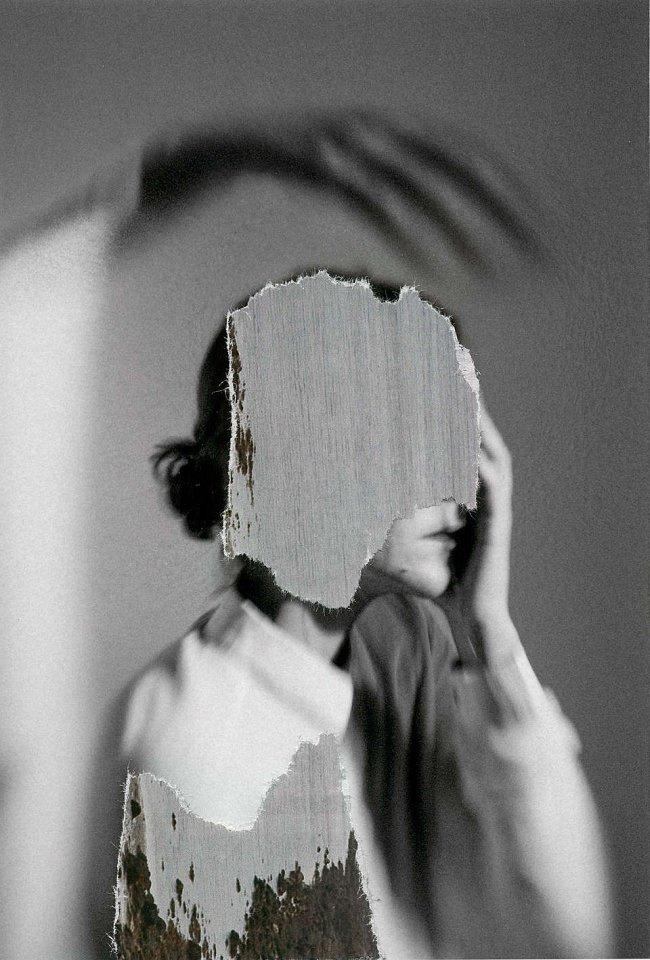 Collage aus einem Frauenportrait und ausgerissenen Strukturen.
