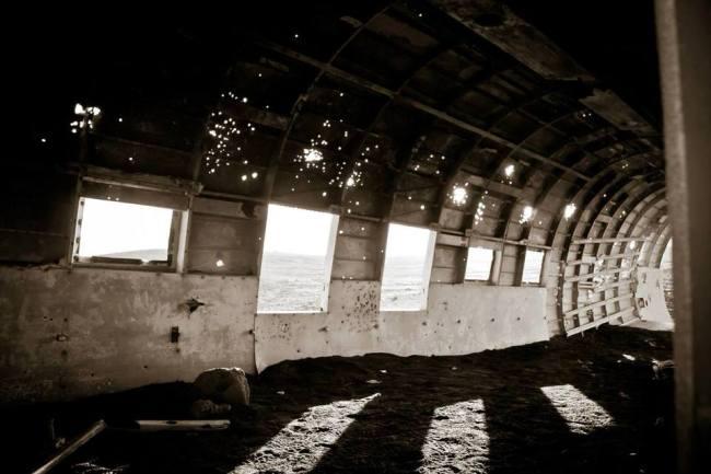 Inneres des Wracks. Licht scheint durch die kaputten Fenster.