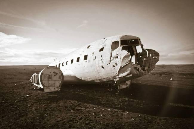 Flugzeugwrack in der Sonne
