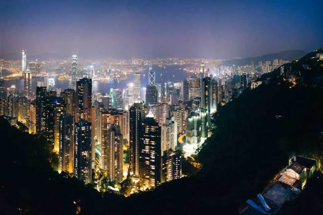 Die Skyline bei Nacht von einem Berg aus