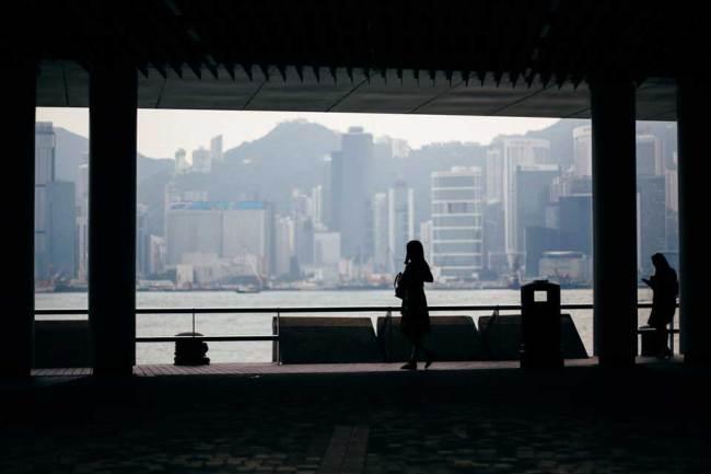 Silhouette einer Frau in einem Gebäude