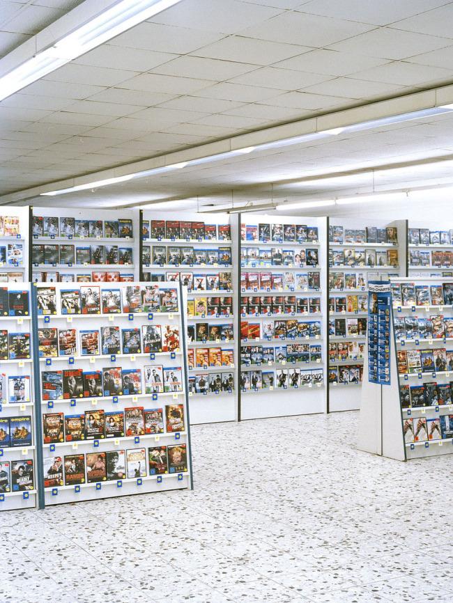 DVD-Regale in einer Videothek.