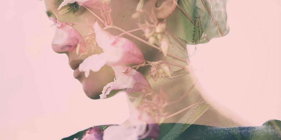 Eine Doppelbelichtung mit eine Frau und Blumen.