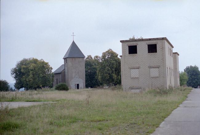 Kirche und Militärisches Übungsgebäude.