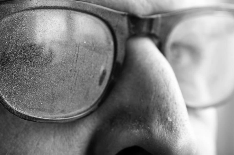 Ein älterer Mann mit etwas dreckiger Brille.