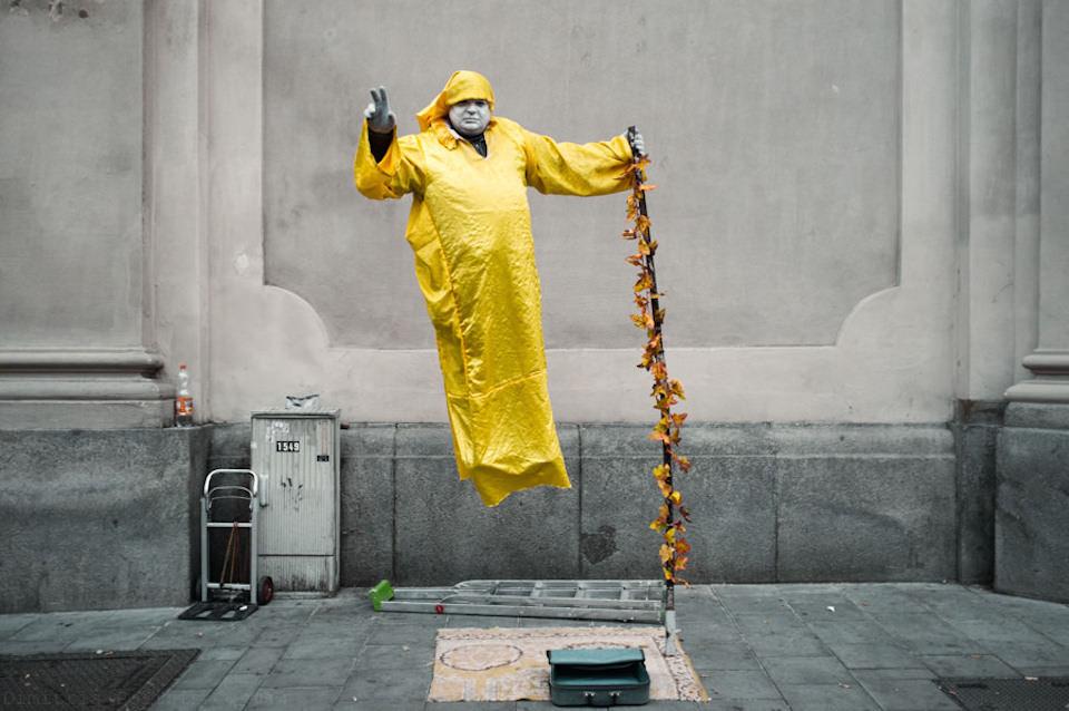 Ein Straßenkünstler schwebt.