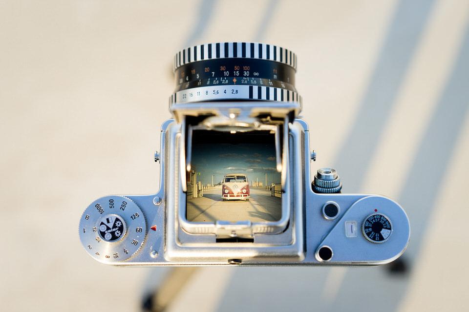 Blick durch den Sucher einer Kamera: Ein Bulli^