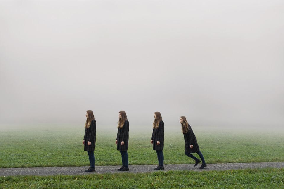 Vier mal die selbe Frau auf einem weg. drei stehen still, eine setzt zum Sprint an.