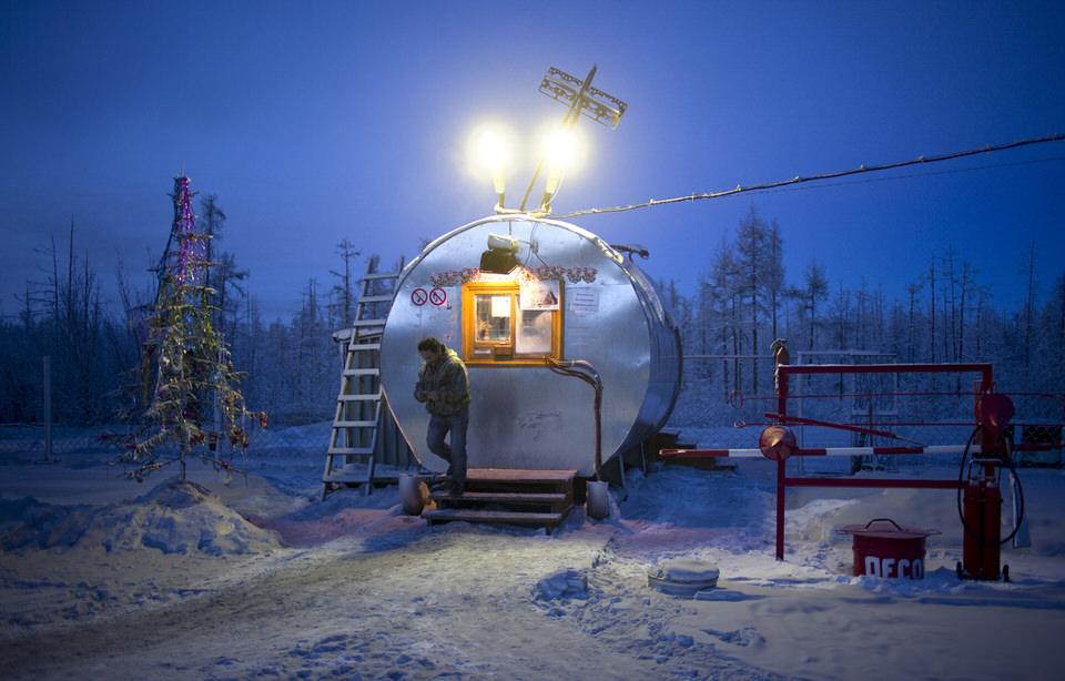 Eine Tankstation mit Weihnachtsbaum