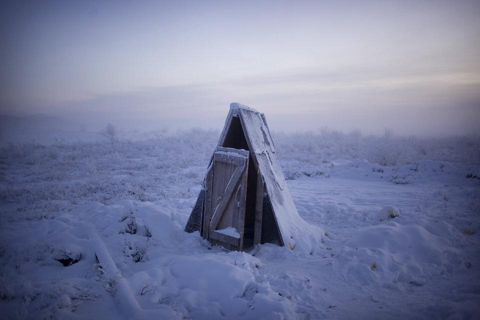 Ein Toilettenhäuschen im Schnee.