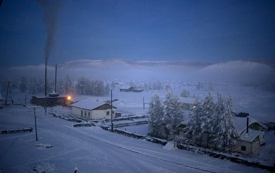 Ein Dorf im Schnee.