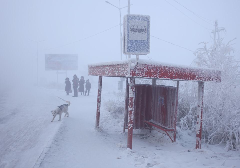 Bushaltestelle in Eis und Schnee
