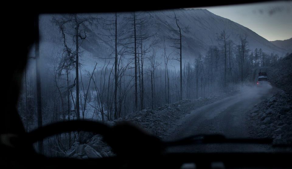 Ein Foto aus einem Auto heraus auf die verschneite Straße.
