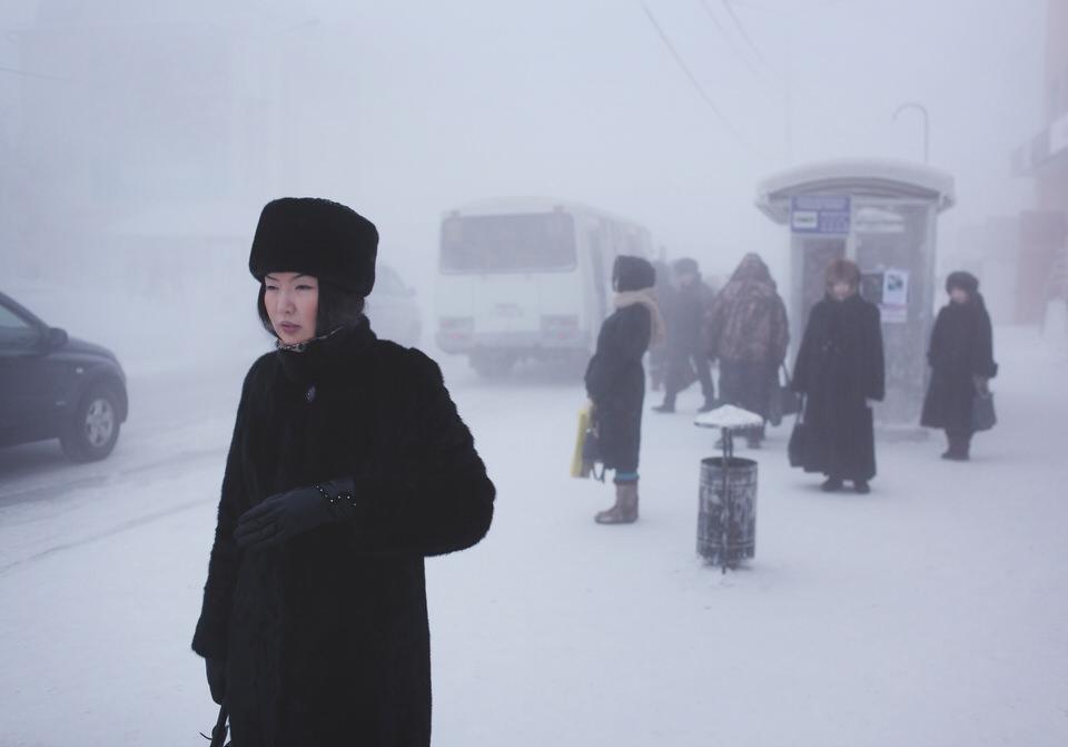Straßenszene an der Busstation.