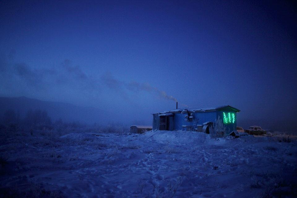 Eine kleine Hütte im Schnee.