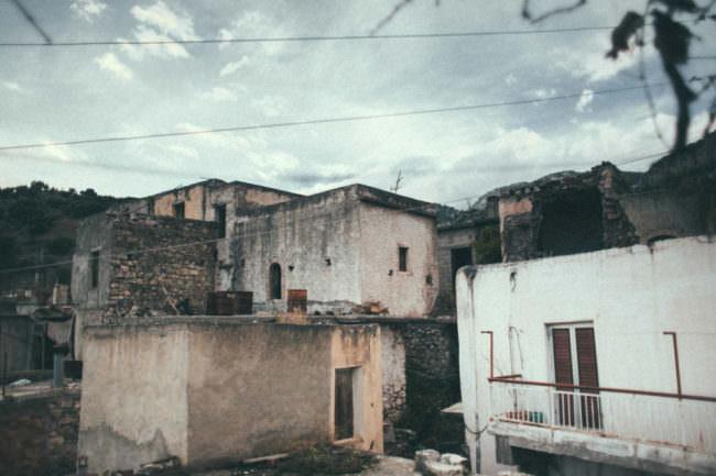 Blanke Häuser und Wolken