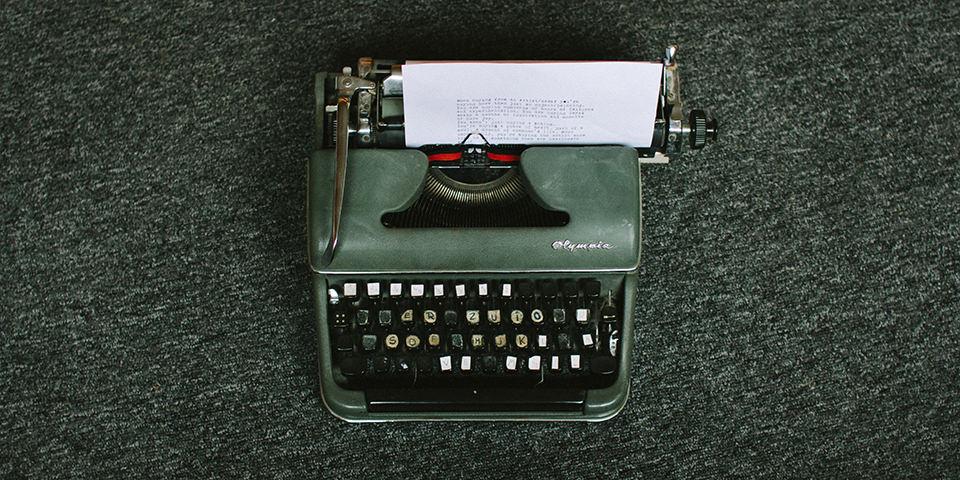 Grüne kaputte Schreibmaschine