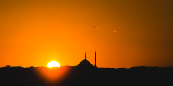 Sonnenuntergang vor Moscheesilhouette