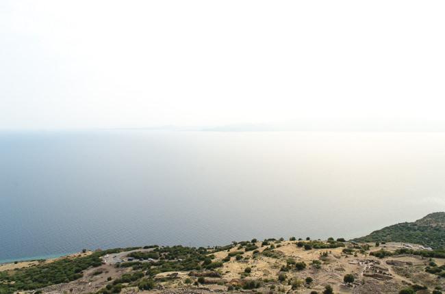 Blick von einer Insel aufs Meer