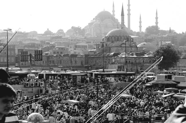 Eine Menschenmenge vor Moscheen
