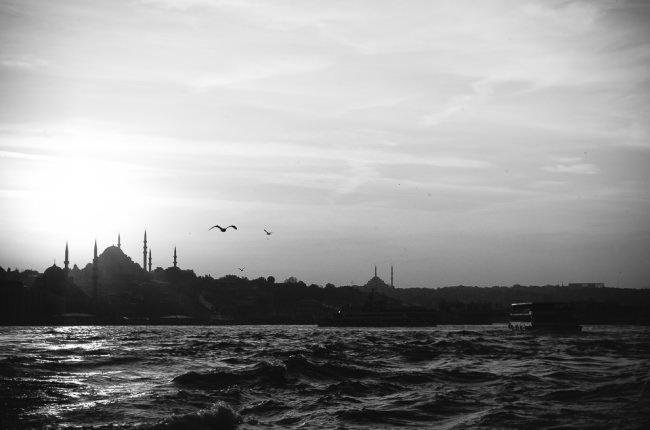 Blick über den Bosporus auf  die Silhouetten der Moscheen Istanbuls