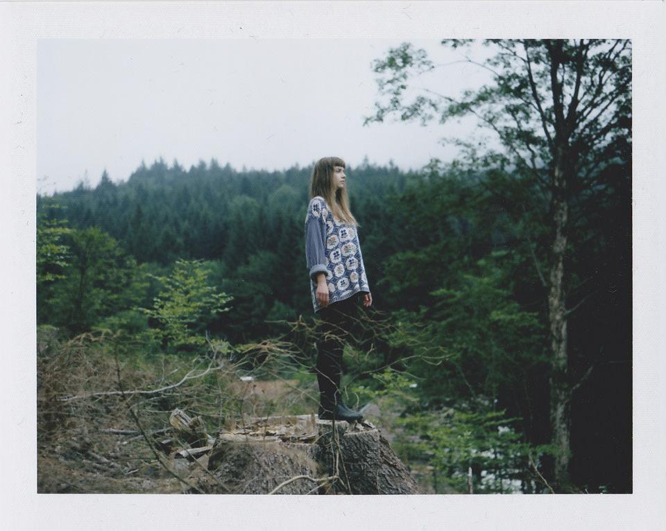 Eine Frau im Wald.