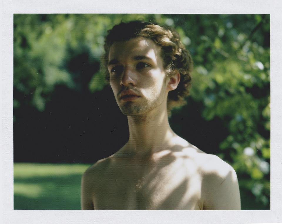 Ein Männerportrait mit Sonnenflecken.