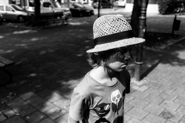 Ein Junge mit Hut