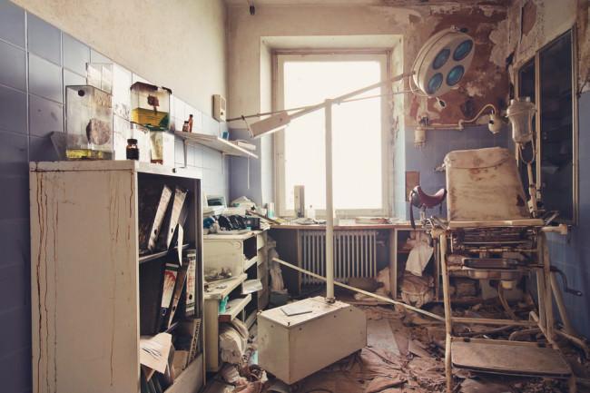 Verwüstetes Untersuchungszimmer eines Urologen.