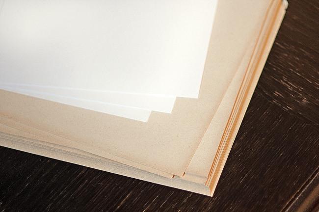 Mehrere Papierseiten übereinander gelagert.