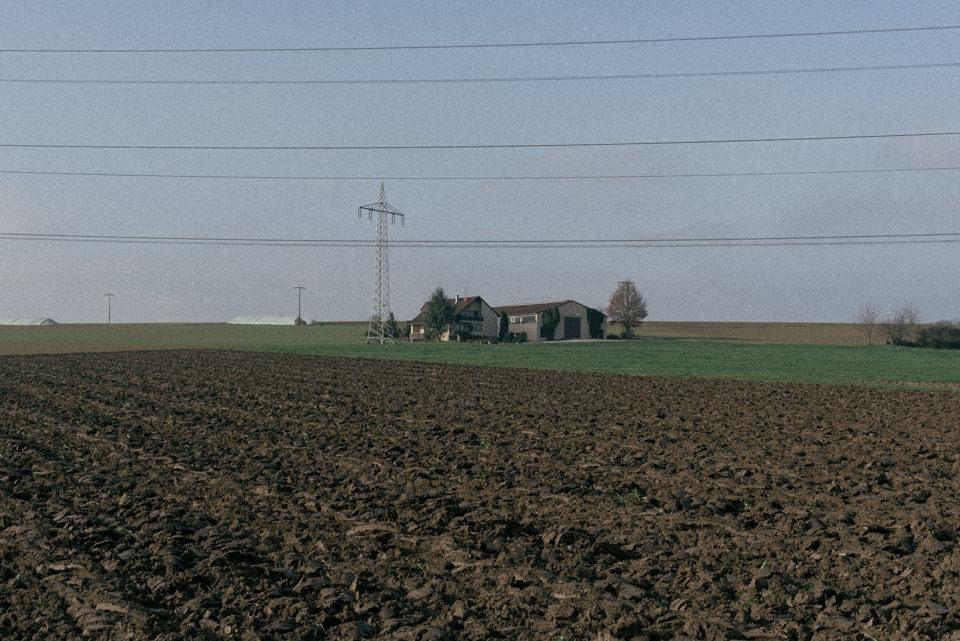 Ein Bauernhof und Felder
