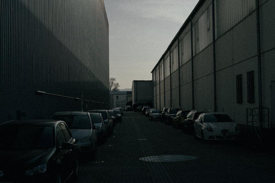 Eine Einfahrt mit Autos
