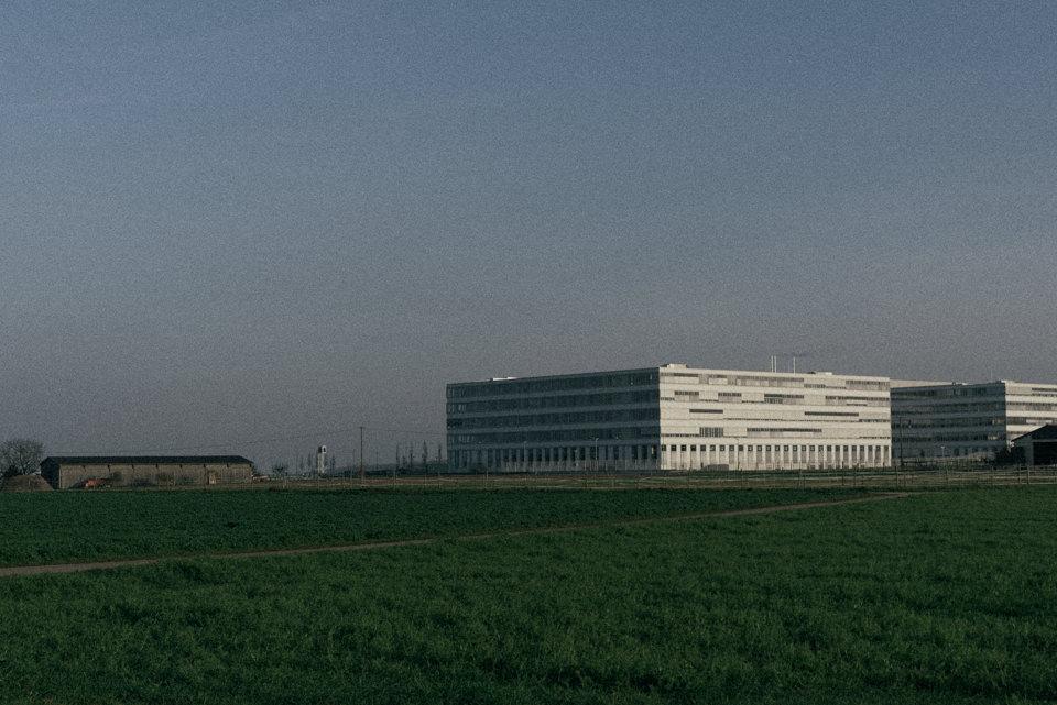 Ein Industriegebäude auf einem Feld